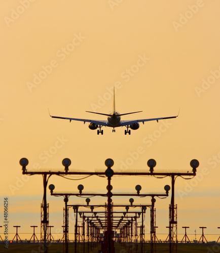 Lądowanie samolotu w zachodzie słońca