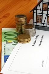 Mietvertrag Geld und Hausmodell Nahaufnahme