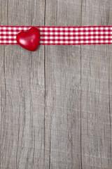 Ein rotes Herz als Karte zu Valentin