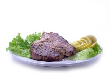 bistecca alla fiorentina su piatto ovale su fondo bianco