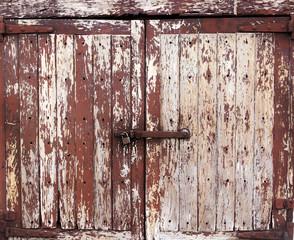 Puerta vieja con candado
