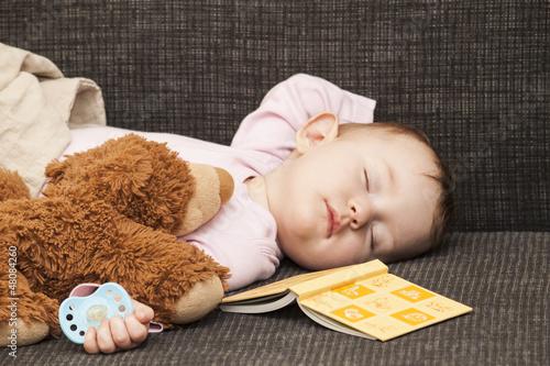 Baby schläft auf Sofa