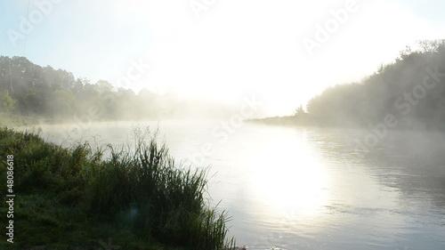 gesta-mgla-wzrost-przeplyw-rzeka-woda-wczesnie-rano-wschod