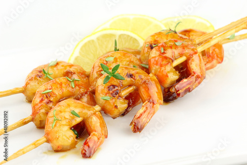 Glazed shrimp skewers with thyme and lemon