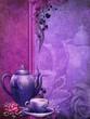 Fioletowe tło z filiżanką herbaty i czajnikiem