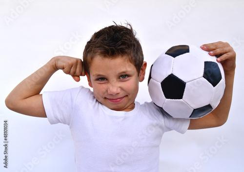 Kind mit fußball