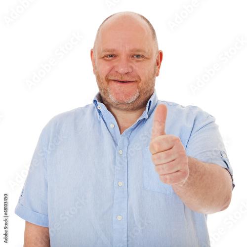 Charismatischer Mann zeigt Daumen hoch