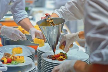 Köche bei Catering Vorbereitung backstage in Industrie Küche