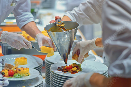 Köche bei Catering Vorbereitung backstage in Industrie Küche - 48107486