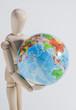 Holzpuppe und Weltkugel