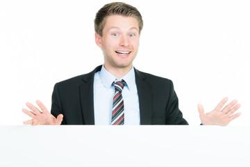 begeisterter businessmann mit werbetafel