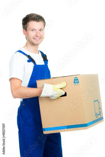 junger mann trägt umzugskarton