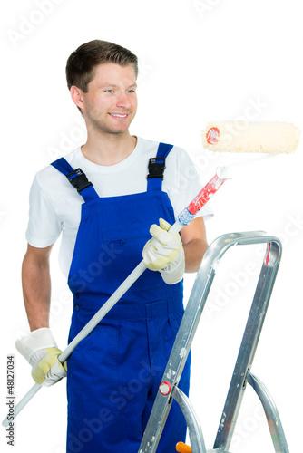 junger mann beim streichen