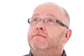 Mann mittleren Alters schaut skeptisch nach oben