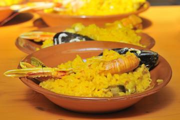 Raciones de paella de mariscos en feria de alimentación