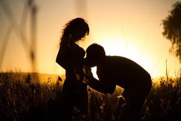Beso del futuro papá en la panza de la embarazada