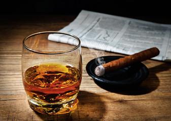 Whiskey und Zigarre nach erfolgreichem Geschäft