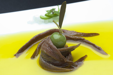 anchovies in oil whith olives tapa