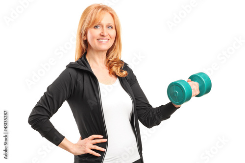 A mature woman lifting up a dumbbell