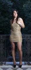 Ragazza con vestito dorato