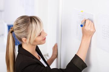 geschäftsfrau notiert etwas auf chart