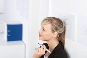 kreative geschäftsfrau im büro