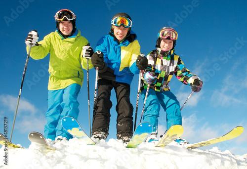 Gruppe junge Skifahrer in Startposition