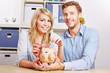 Paar spart Geld mit Sparschwein