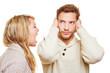 Frau schreit und Mann hält Ohren zu