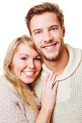 Glückliches Paar schaut in die Kamera