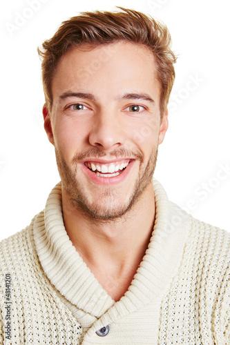 Portrait eines lachenden jungen Manns