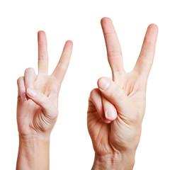 Hände zeigen das Vicory-Zeichen