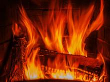 Kamin mit Holz und Feuer