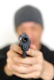 拳銃をかまえる男性