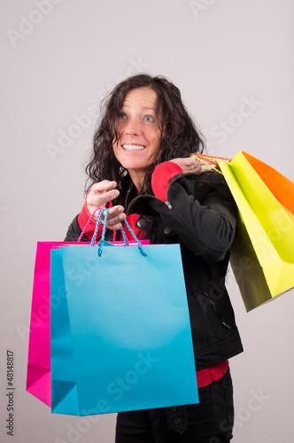 Überraschte Frau mit Einkaufstaschen