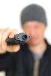 拳銃を突きつけるニット帽の男