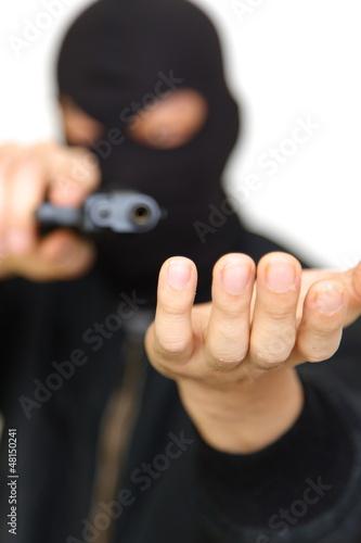銃をかまえて金品を要求する覆面の強盗犯
