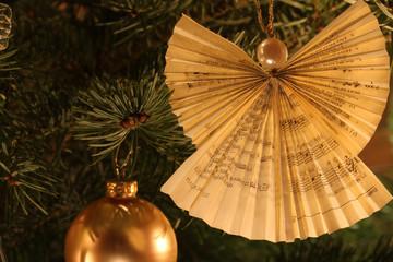 Weihnachtsdekoration aus gefalteter Gesangbuchseite