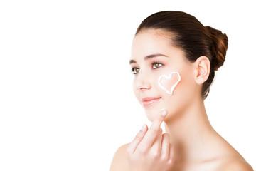 junge Frau beim eincremen des Gesichts