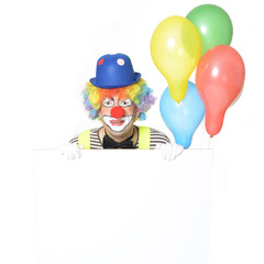 Lachender Clown hält Werbeschild