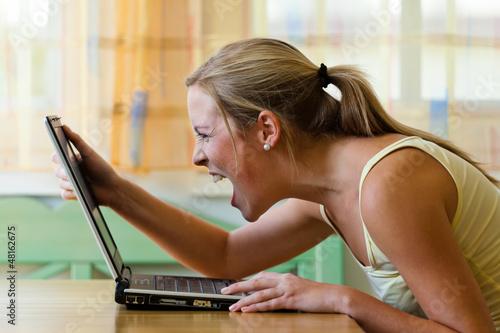 Frau ärgert sich über Computer