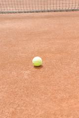 Tennisnetz mit Tennisball