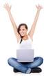 Attraktives Mädchen freut sich während sie im Internet surft