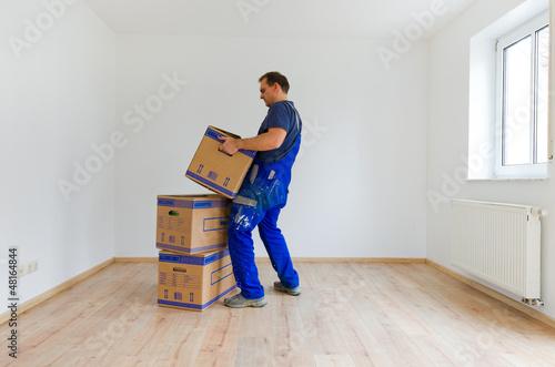 canvas print picture mann beim karton tragen 2
