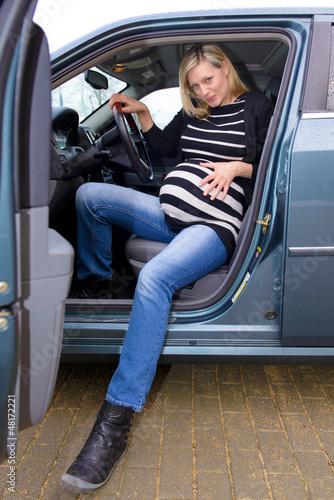Schwangere quält sich aus Auto raus