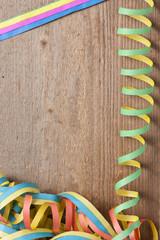 Holzbrett mit vielen bunten Luftschlangen