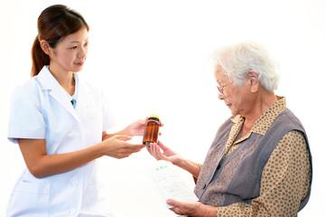 笑顔の薬剤師と高齢者