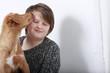 Junger Hund schleckt einen Teenager ab