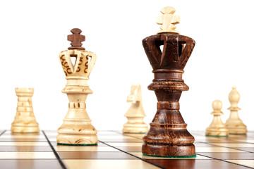 Schachfiguren auf Spielfeld (Könige stehen beieinander)