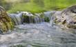 passage d'une rivière entre deux rochers